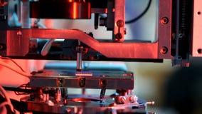 Microelectronic utrustning för obligationsförsäljare i provningsarbete i laboratoriumet stock video