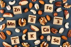 Microelementos y vitaminas en diversos tipos de nueces fotografía de archivo libre de regalías