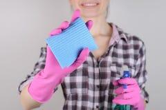 Microfi faisant le ménage de personnes de personne de ménage à carreaux de chemise photos stock
