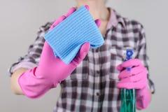 Microfi faisant le ménage de personnes de personne de ménage à carreaux de chemise image stock