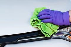 Microfiber перчаток мужской руки нося резиновое обтирает и полирует th Стоковые Изображения RF