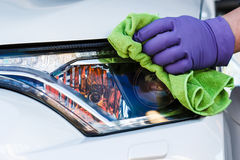 Microfiber перчаток мужской руки нося резиновое обтирает и полирует th Стоковое Фото
