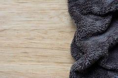 Microfiber torkduk på träbakgrund microfiber Fotografering för Bildbyråer