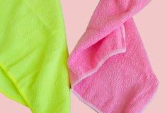 Microfiberdoeken op roze achtergrond, hulpmiddelen om schoon te maken en netheid worden geïsoleerd die r stock afbeeldingen