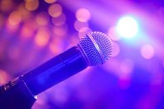 Microfone cercado pela luz