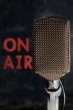 Microfone com em vertical do fundo do ar Imagens de Stock Royalty Free