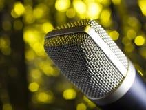 Microfone com um fundo amarelo Fotografia de Stock Royalty Free
