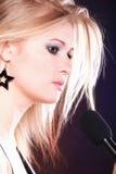 Microfone da canção da rocha do canto da mulher Fotografia de Stock Royalty Free