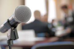 Microfone da sala de conferências. fotos de stock