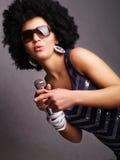 Microfone da terra arrendada do cantor do Afro Imagens de Stock