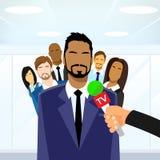 Microfone de Give Interview Tv do líder dos homens de negócios Fotografia de Stock
