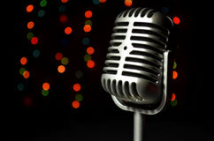 Microfone de prata do vintage em um fundo colorido Imagens de Stock