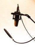 Microfone do estúdio com panela de fazer pipoca Imagem de Stock Royalty Free