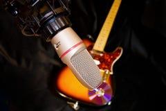 Microfone do estúdio de gravação com guitarra elétrica imagens de stock royalty free