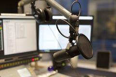 Microfone do estúdio na frente do equipamento da transmissão da estação de rádio Imagens de Stock Royalty Free