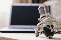 Microfone do portátil do estúdio e console de mistura no fundo de madeira fotos de stock