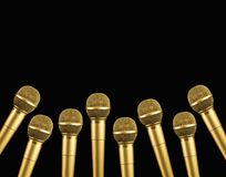 Microfone dourado no fundo preto fotografia de stock royalty free