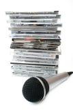 Microfone e coleção dos compacts disc do karaoke Imagens de Stock
