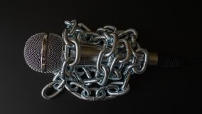 Microfone e corrente A liberdade de imprensa é em risco conceito - conceito do dia da liberdade de imprensa do mundo foto de stock