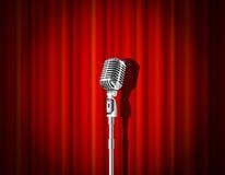 Microfone e cortina vermelha Fotos de Stock
