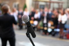 Microfone e suporte na frente audiência AG da cerimônia de graduação fotografia de stock