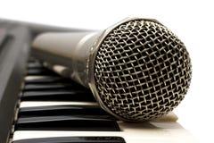 Microfone e teclado. Isolado em um CCB branco Fotografia de Stock