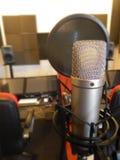 Microfone em um instrumento musical de estúdio de gravação Imagens de Stock