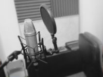 Microfone em um instrumento musical de estúdio de gravação Imagem de Stock Royalty Free