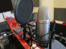 Microfone em um instrumento musical de estúdio de gravação Imagens de Stock Royalty Free