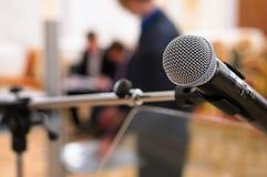 Microfone em uma sala de conferências. imagem de stock