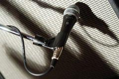 Microfone et une ombre Photos libres de droits