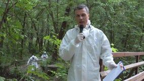 Microfone falador do cientista nas madeiras vídeos de arquivo