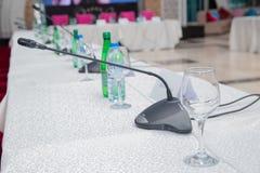 Microfone na conferência vazia - sala de reunião Intercomunicador na sala de aula Microfone da tabela na tabela de madeira na reu foto de stock