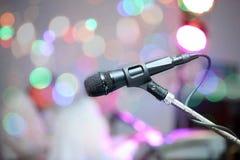 Microfone na fase durante o desempenho imagem de stock royalty free