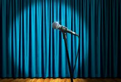 Microfone na fase sob o projetor Imagem de Stock Royalty Free