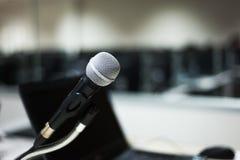Microfone na luz suave do laboratório do computador Foto de Stock