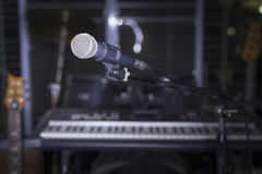 Microfone na sala da música Imagens de Stock Royalty Free