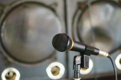 Microfone na sala de concertos Imagem de Stock