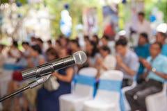 Microfone na sala de concertos ou na sala de conferências macia e no estilo do borrão para o fundo imagens de stock royalty free