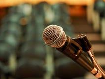 Microfone na sala de reunião com fundo claro borrado imagens de stock