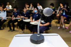 Microfone na sala de seminário Imagem de Stock Royalty Free