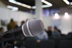 Microfone no auditório fotos de stock