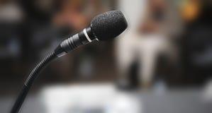 Microfone no auditório Fotografia de Stock Royalty Free