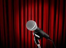 Microfone no estágio com cortina vermelha fotografia de stock