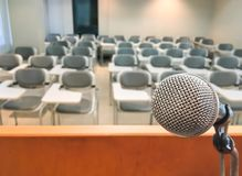 Microfone no evento da sala de seminário da conferência e no Backgrou do encontro imagens de stock