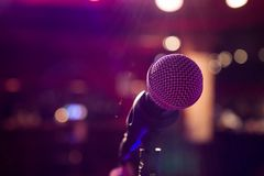 Microfone no fundo colorido com bokeh fotografia de stock royalty free
