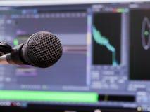 Microfone no fundo do monitor do computador Estúdio de gravação home Close-up O foco no primeiro plano Imagem de Stock Royalty Free