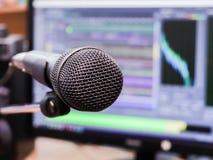 Microfone no fundo do monitor do computador Estúdio de gravação home Close-up O foco no primeiro plano Imagem de Stock