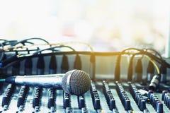 Microfone no misturador audio na sala de conferências imagem de stock