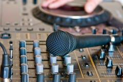 Microfone no soundboard DJ Fotografia de Stock